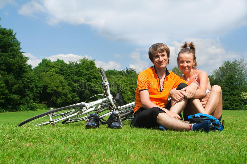 Ciclistas novos felizes fotografia de stock royalty free