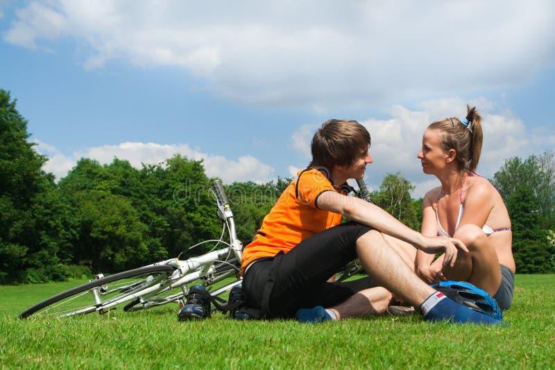Ciclistas novos felizes imagens de stock