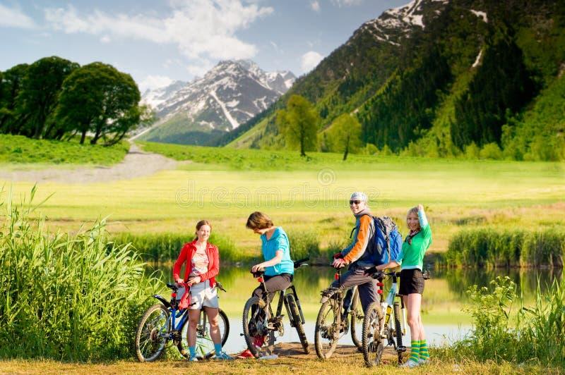 Ciclistas que biking ao ar livre fotografia de stock