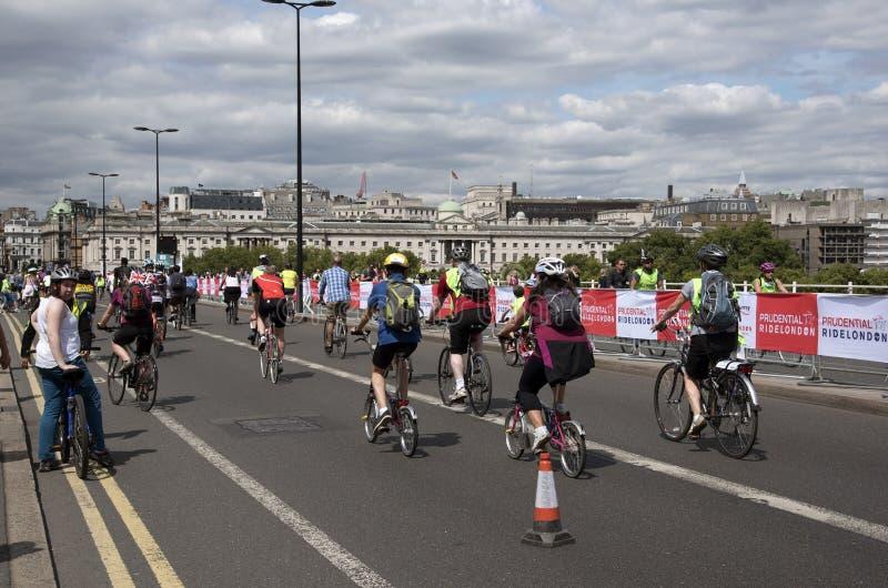 Ciclistas que cruzan el puente Londres Reino Unido de Waterloo fotos de archivo