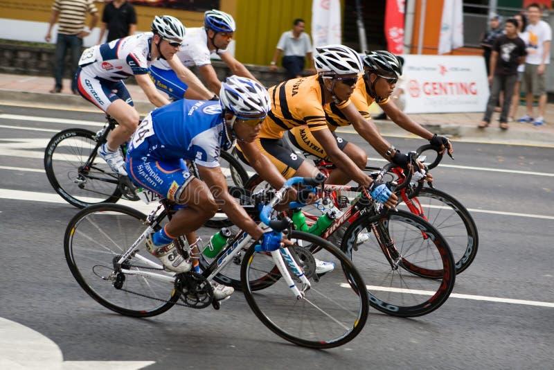Ciclistas que montam lado a lado na raça imagens de stock royalty free