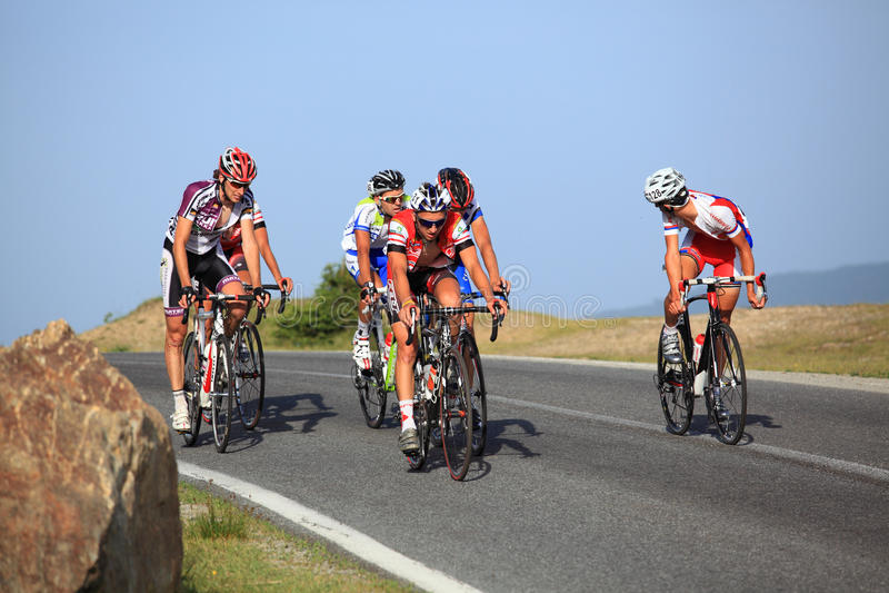 Ciclistas que montan cuesta arriba en las montañas de Cindrel, montañas de Cárpatos foto de archivo