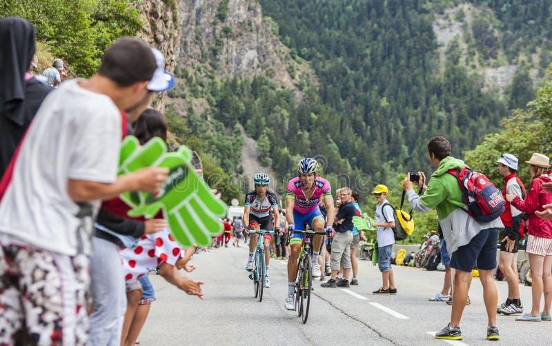 Ciclistas que suben Alpe d'Huez imagenes de archivo