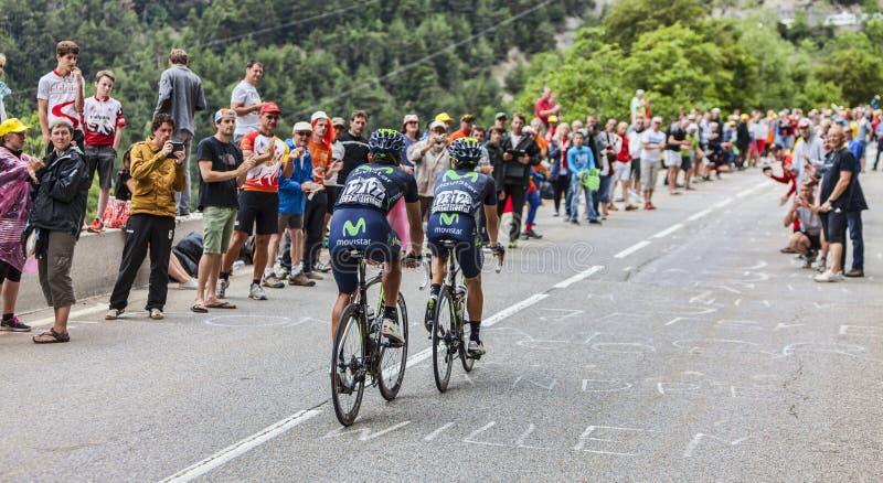 Ciclistas que suben Alpe d'Huez fotos de archivo libres de regalías