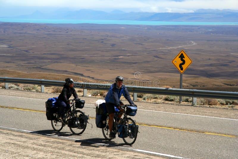 Ciclistas que viajan en Patagonia fotos de archivo
