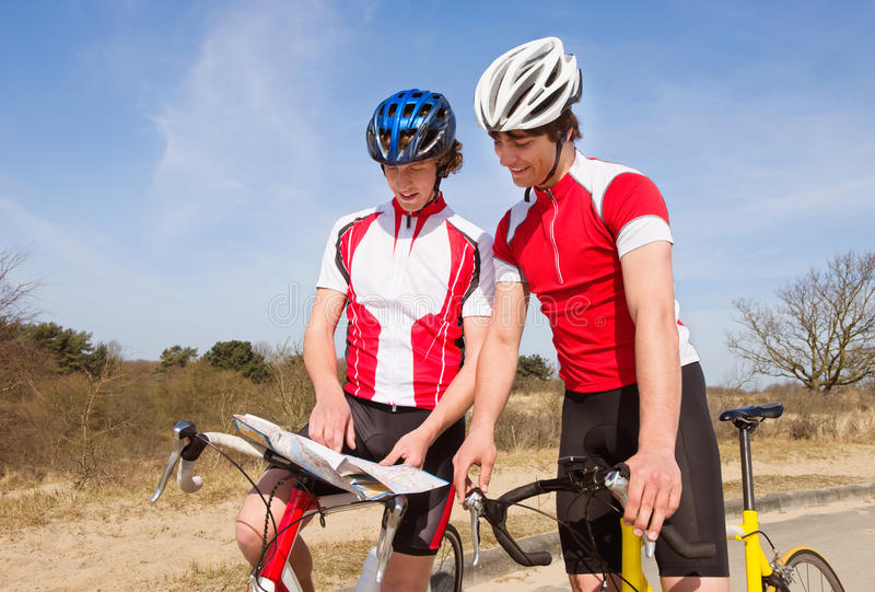 Ciclisti che esaminano una mappa immagine stock libera da diritti