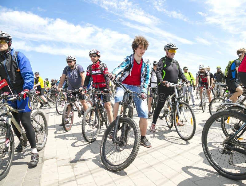 Ciclisti che guidano le biciclette lungo l'argine del Dnipro durante il giorno della bici di festival fotografie stock libere da diritti