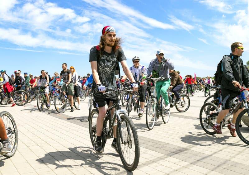 Ciclisti che guidano le biciclette lungo l'argine della città di Dnipro durante il festival della bici immagini stock libere da diritti