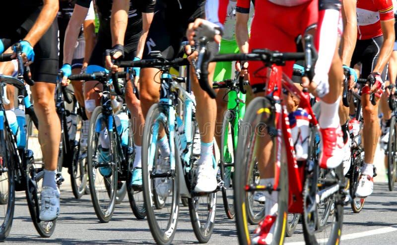 Ciclisti durante la corsa di strada del ciclo in Europa immagini stock