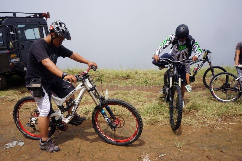 Ciclisti in mountain-bike immagini stock