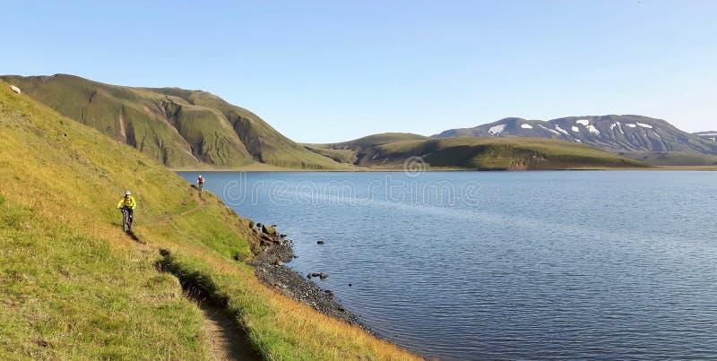 Ciclisti in mountain-bike in Islanda fotografia stock