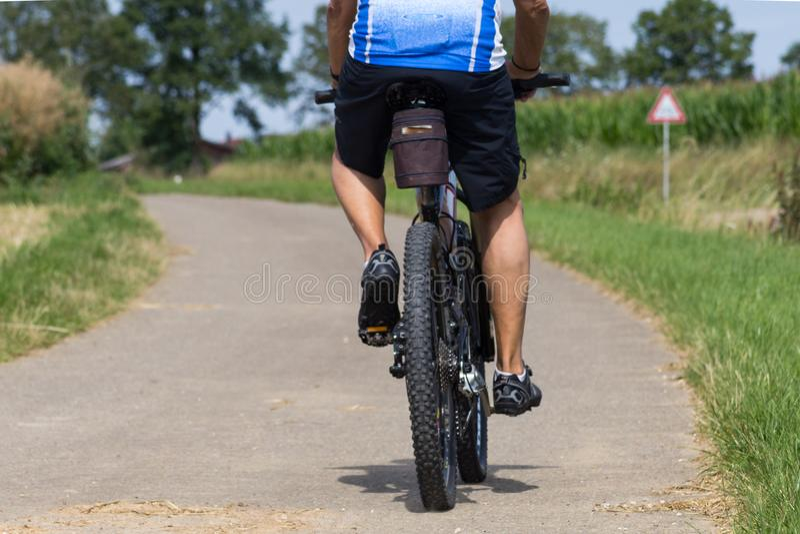 ciclisti un giorno soleggiato di estate in campagna tedesca del sud immagini stock libere da diritti