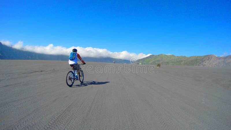 Ciclo alrededor de la montaña Indonesia del bromo imagen de archivo libre de regalías