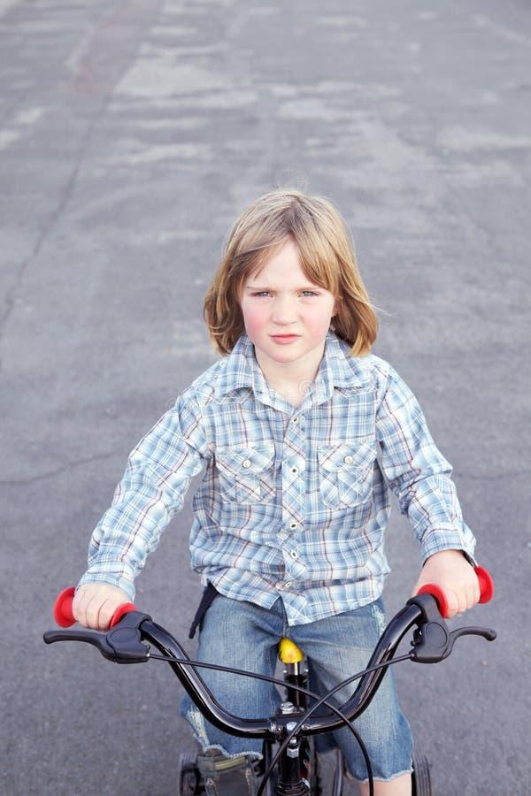 Ciclo de la bicicleta del niño del muchacho foto de archivo