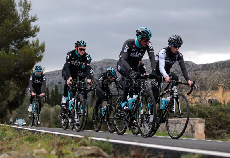 Ciclo de Team Riders do céu durante seu campo de treinos na ilha de Mallorca imagem de stock royalty free