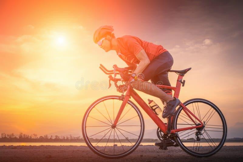 Ciclo del hombre del ciclista de la bici del camino El Biking se divierte la bici del montar a caballo del atleta de la aptitud e imagenes de archivo