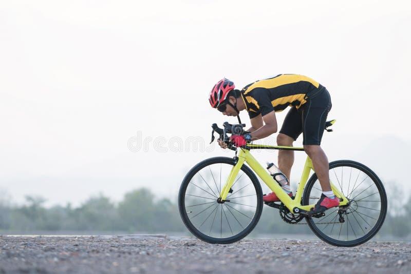 Ciclo del hombre del ciclista de la bici del camino El Biking se divierte la bici del montar a caballo del atleta de la aptitud e imagen de archivo libre de regalías
