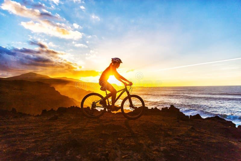 Ciclo del rastro de la bici de la mujer del ciclista el Biking de montaña imagen de archivo