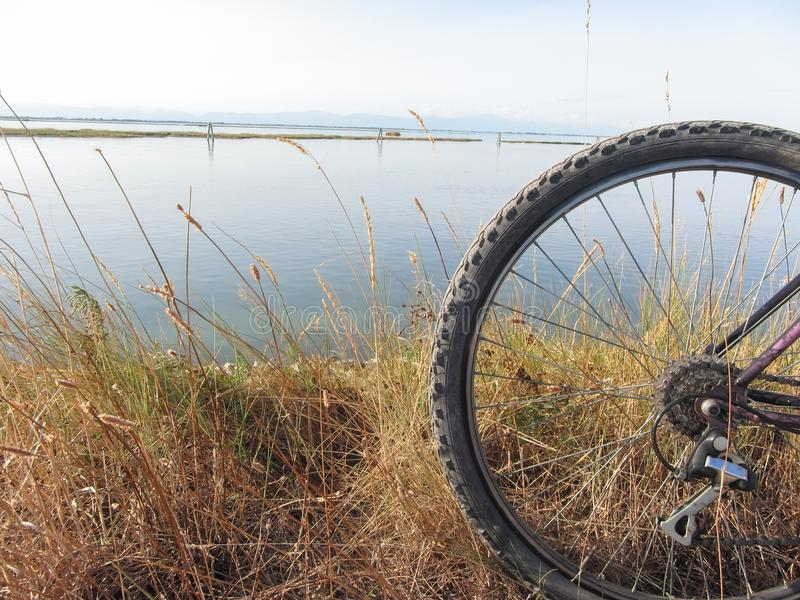 Ciclo en día soleado en la laguna de Venecia foto de archivo libre de regalías