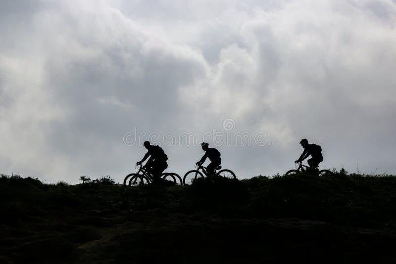 Ciclo en el horizonte fotografía de archivo libre de regalías