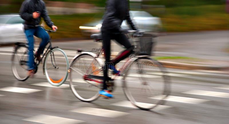 Ciclo en la lluvia imagenes de archivo
