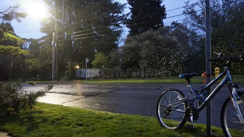 Ciclo en la lluvia de Seattle fotografía de archivo