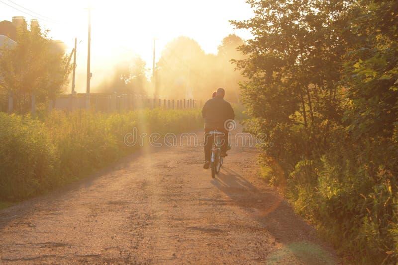 Ciclo en la puesta del sol por la tarde fotografía de archivo