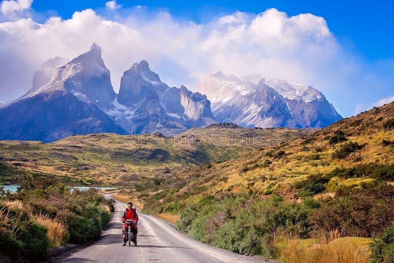 Ciclo en Torres del Paine NP fotos de archivo libres de regalías