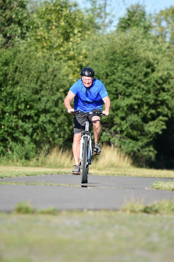Ciclo masculino del casco del ciclista que lleva y de la ansiedad imagen de archivo libre de regalías