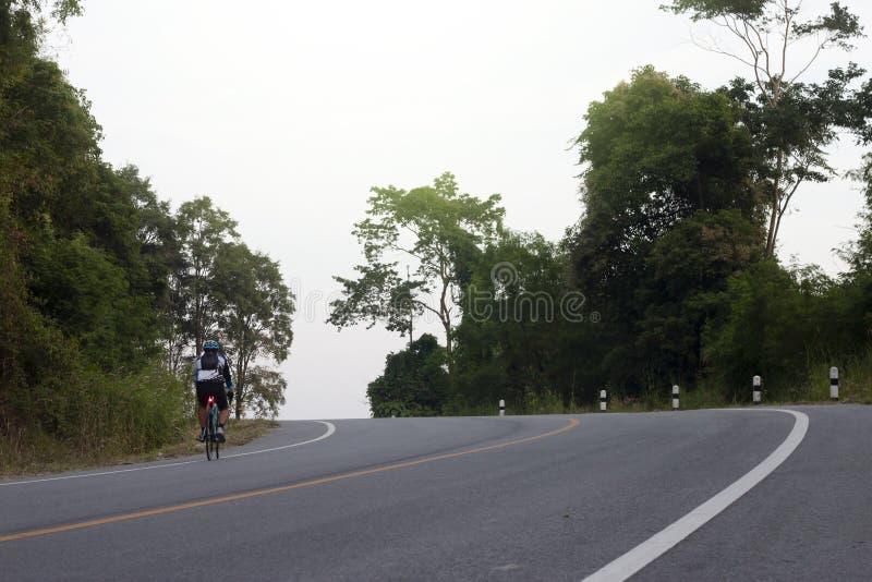Ciclo na estrada asfaltada em um monte foto de stock royalty free