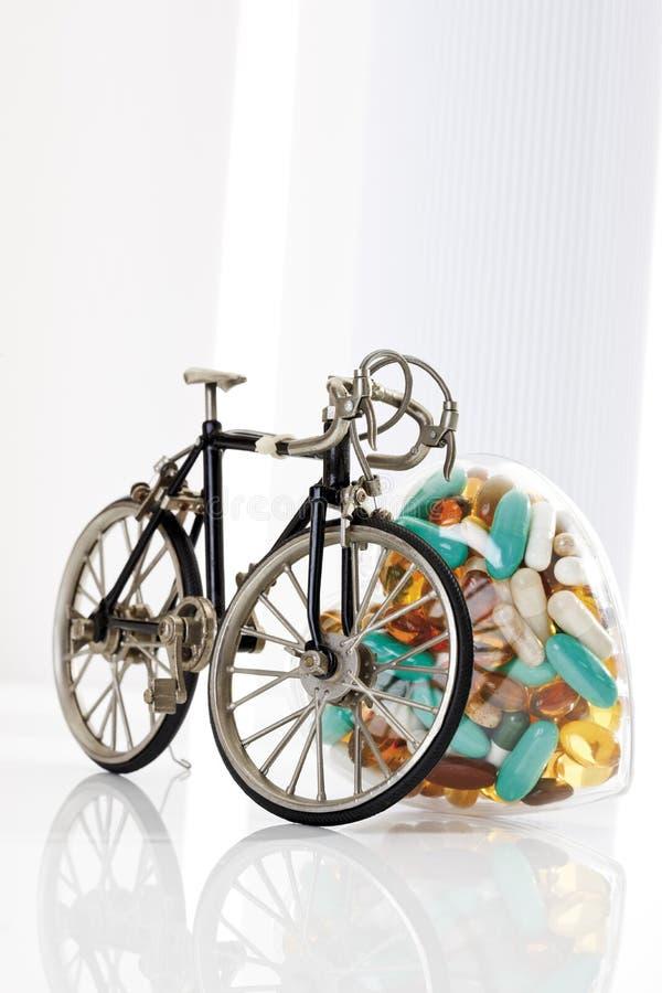 Ciclo que compite con y píldoras fotografía de archivo libre de regalías