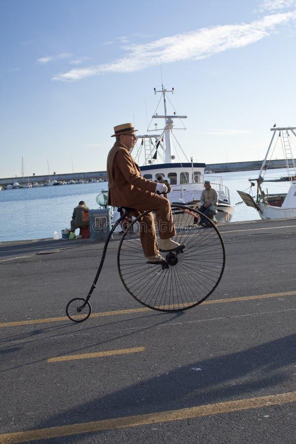Ciclo sênior e velho que dá um ciclo com o evento da História fotos de stock