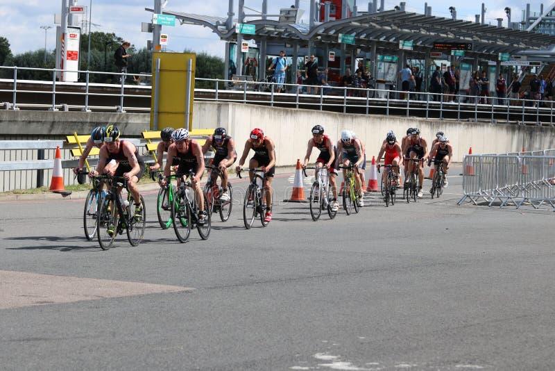 Ciclo sano del ejercicio del deporte de los triathletes del Triathlon imagen de archivo libre de regalías