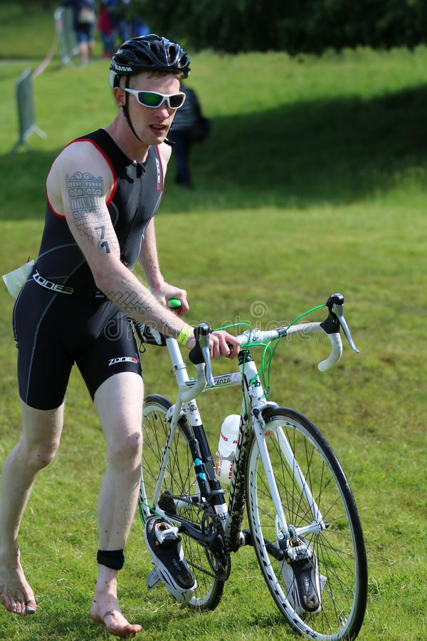 Ciclo saudável do exercício do esporte do triathlete do Triathlon fotos de stock royalty free