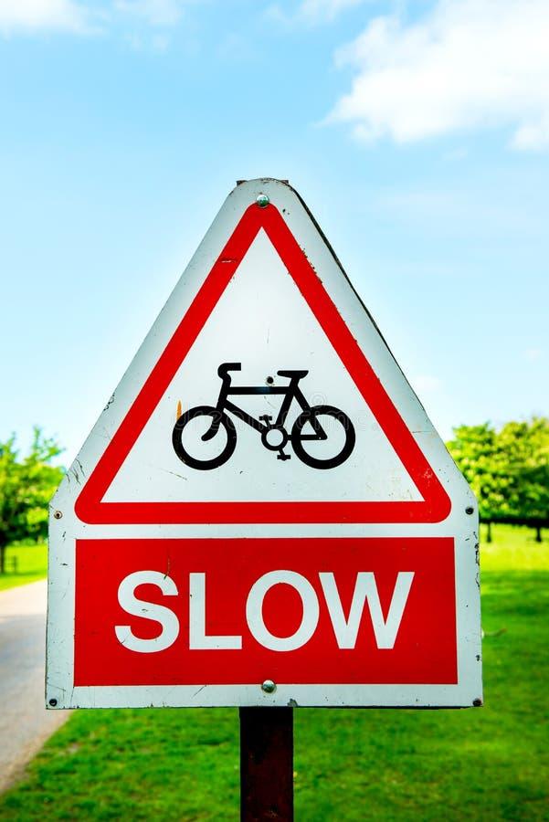 Ciclo, señales de peligro lentas del camino imagenes de archivo