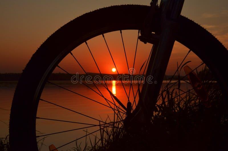 Ciclo y puesta del sol foto de archivo