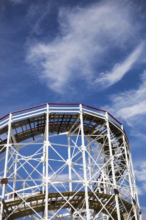 Ciclone de madeira da montanha russa de Hiistoric no Coney Island foto de stock
