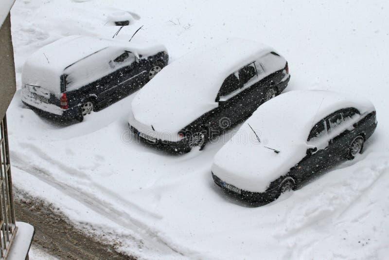 Ciclone do inverno Ruas Uncleaned com os montes de neve pesados após a queda de neve na cidade, carros sob a neve Estradas gelada imagens de stock royalty free
