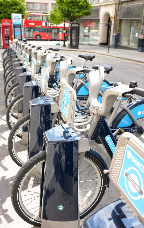 Ciclos do aluguer do turista do viajante de bilhete mensal em Londres foto de stock royalty free