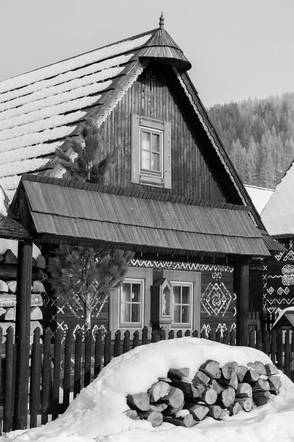 Cicmany, Σλοβακία Παλαιά ξύλινα σπίτια στο χωριό Cicmany της Σλοβακίας το χειμώνα Οι διακοσμήσεις από Cicmany, και η σλοβάκικη λα στοκ φωτογραφίες
