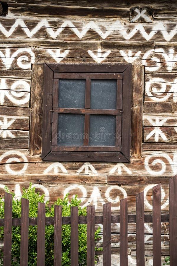 Cicmany by i Slovakien dekorativa hus fotografering för bildbyråer