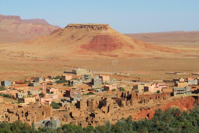 Cidade árabe em oásis das montanhas do deserto fotos de stock royalty free