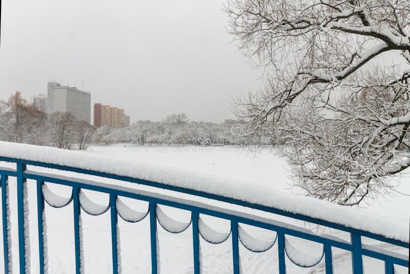A cidade é coberta na neve imagens de stock