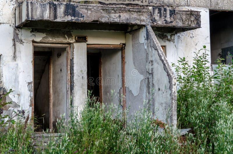 Cidade abandonada Construções vazias Cidade apocalíptico do cargo fotografia de stock