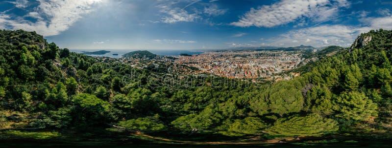 A cidade agradável no sul de França nos azuis celestes costeia o panorama do zangão da realidade virtual do vr do ar 360 do zangã imagens de stock royalty free