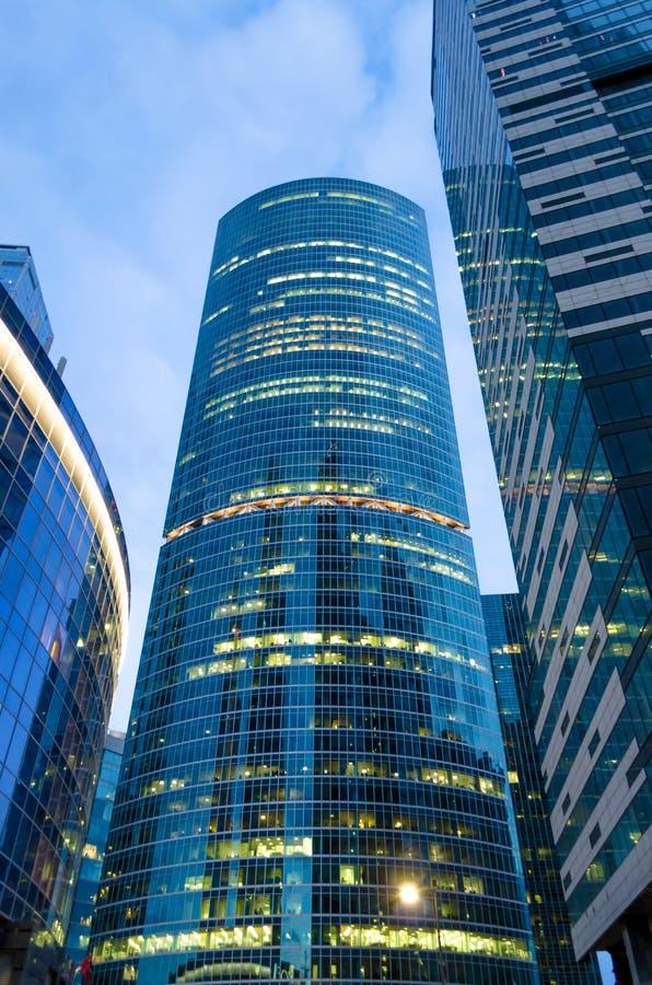 Cidade alta de vidro do arranha-céus das torres altas Rússia, Moscou 24 de abril de 2016 imagem de stock