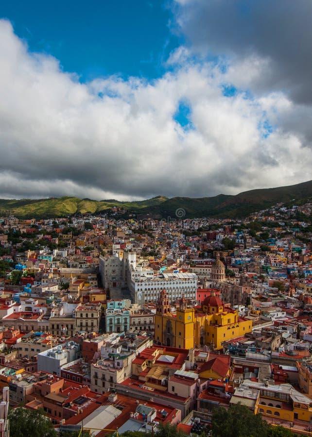 Cidade americana e igreja da multidão colonial colorida no monte, Guanajuato, México fotografia de stock