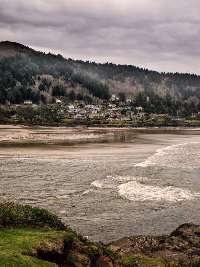 Cidade aninhada entre as montanhas e o oceano fotos de stock