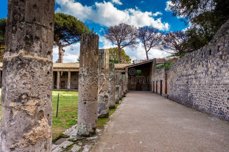 Cidade antiga arruinada histórica Pompeii de Roman Imperial do teatro do buildingsof fotografia de stock