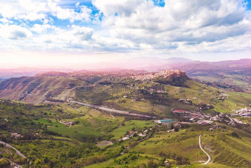 Cidade antiga da paisagem de Calascibetta na rocha Sicília, Itália, por do sol Foto a?rea imagens de stock